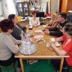 A Közösen egy közösségért projekt nyitó megbeszélésén a közreműködök az Egyesület irodájában ülnek az asztal körül